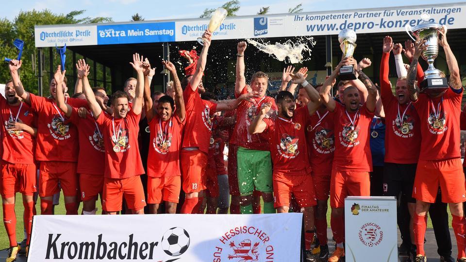 Jubel mit Pokal und Bier: Die Freude beim TSV Steinbach ist riesig.