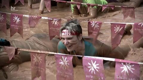 Teilnehmerinnen im Schlamm bei Muddy Angel