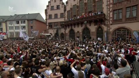 Eintracht Frankfurt wird von den Fans auf dem Frankfurter Römer umjubelt