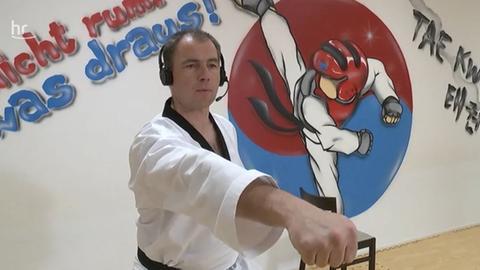 Taekwondo-Lehrer de Buhr beim Online-Training