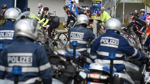 Polizisten beobachten einzelne Radfahrer