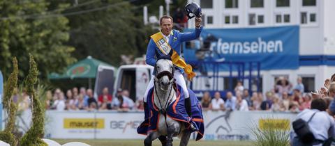 Christian Ahlmann jubelt über seinen Sieg im Biebricher Schlosspark 2018
