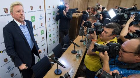 Becker bei der Pressekonferenz in Frankfurt