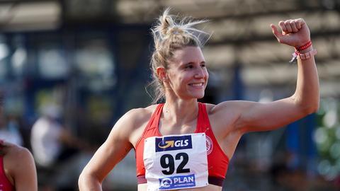 Siebenkämpferin Caroline Schäfer reckt die Siegerfaust