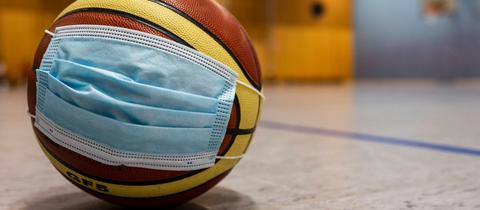 Basketball mit Corona-Mundschutz