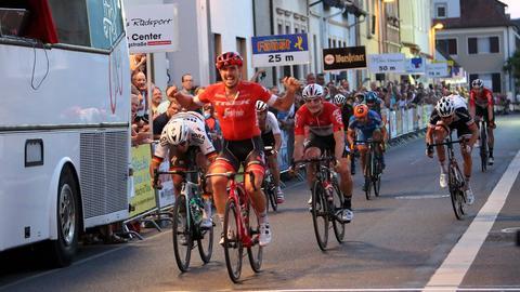 John Degenkolb überquert jubelnd als Sieger die Ziellinie in Bürstadt.