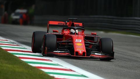 Sebastian Vettel in seinem Ferrari auf der Strecke in Monza