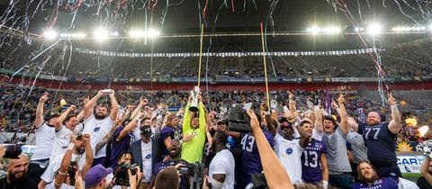 Die Frankfurt Galaxy feiert mit dem ELF-Pokal