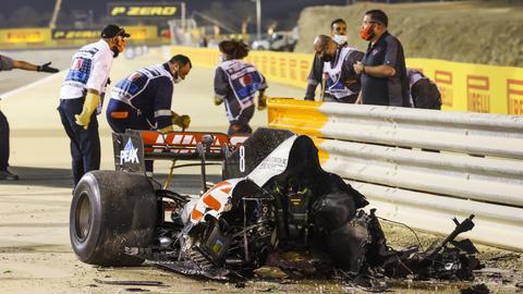 Das (halbe) ausgebrannte Auto von Romain Grosjean nach seinem Horror-Unfall.