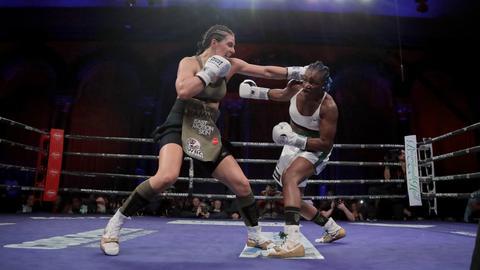 Eine Szene aus dem Kampf Christina Hammer gegen Claressa Shields