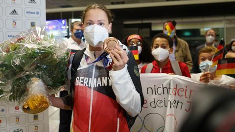 Sarah Köhler präsentiert ihre Bronzemedaille am Frankfurter Flughafen