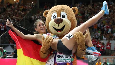 Goldmedaillengewinnerin Gesa Felicitas Krause jubelt mit Maskottchen Berlino.