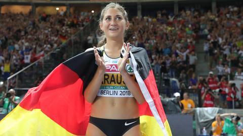 Gesa Krause ist in eine Deutschland-Fahne gehüllt und applaudiert dem Publikum.