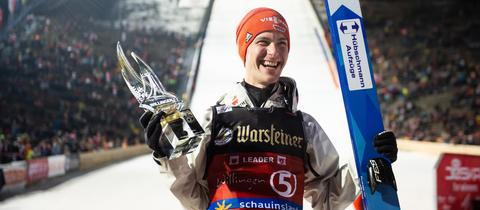 Stephan Leyhe mit dem Siegerpokal in Willingen