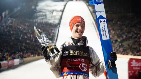 Stephan Leyhe mit dem Siegerpokal in Willingen
