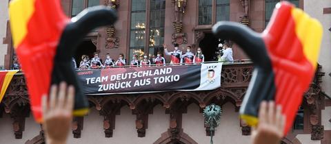 Die Olympioniken werden auf dem Rämer-Balkon gefeiert.