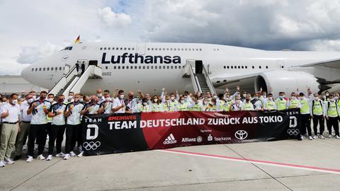 Das deutsche Olympia-Team auf dem Rollfeld des Frankfurter Flughafens
