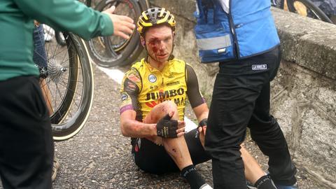Tony Martin sitzt nach seinem Sturz mit blutüberströmten Gesicht auf dem Boden