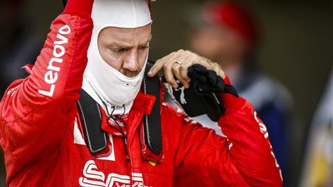 Sebastian Vettel nimmt seinen Helm ab