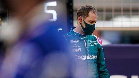 Sebastian Vettel im Rennanzug mit Maske