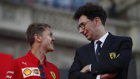 Sebastian Vettel und Mattia Binotto im Gespräch