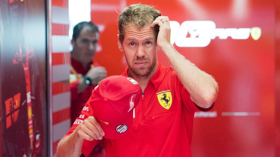 Sebastian Vettel setzt frustiert seine Ferrari-Mütze ab.