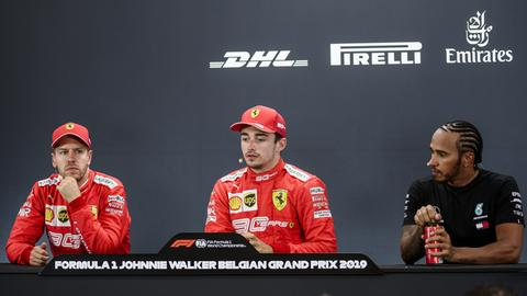 Vettel, Leclerc und Hamilton sitzen auf einer Pressekonferenz