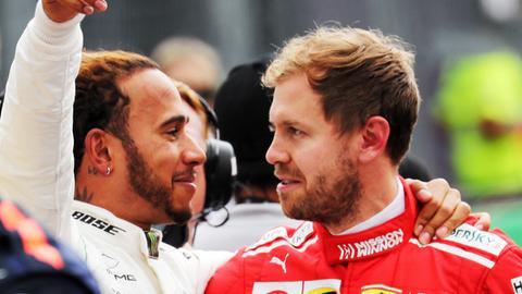 Titelverteidiger Lewis Hamilton (li.) und Ferrari-Pilot Sebastian Vettel kämpfen um die Formel-1-Krone.