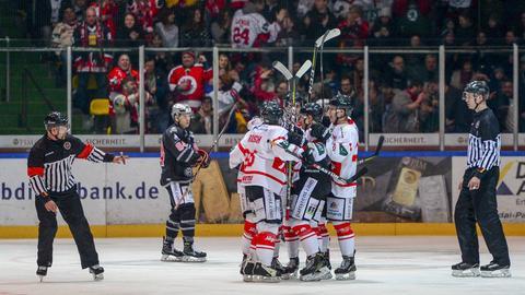 Die Spieler des EC Bad Nauheim freuen sich über den Sieg gegen die Löwen Frankfurt.