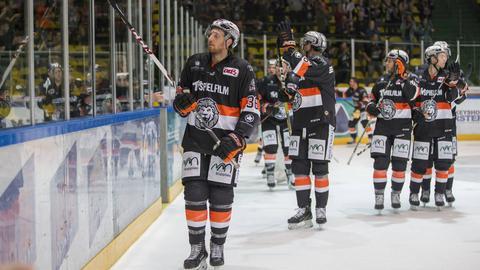 Die Mannschaft der Löwen Frankfurt auf dem Eis