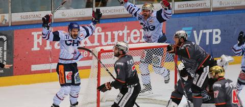 Die Löwen-Spieler schauen entsetzt, während Ravensburg jubelt.