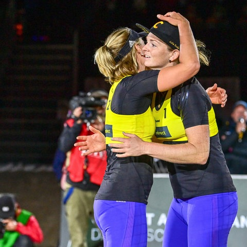 Karla Borger und Julia Sude freuen sich über ihren Sieg.