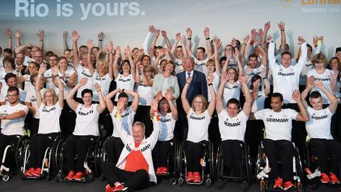 Bundespräsident Gauck mit seiner Lebensgefährtin Daniela Schadt inmitten der deutschen Paralympics-Mannschaft.