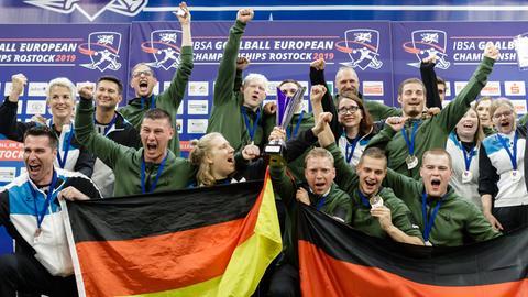 Die deutschen Goalballer jubeln über ihre Medaillen.