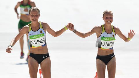 Anna und Lisa Hahner beim Zieleinlauf in Rio