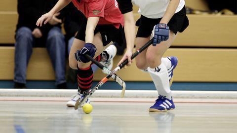 Zweikampf um die Hockeykugel.