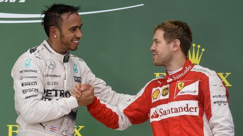 Hamilton und Vettel klatschen sich ab.