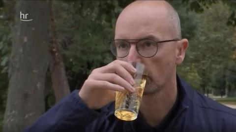 Christophe Achten hält einen Apfelwein