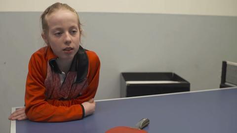 Josephina Neumann an der Tischtennisplatte