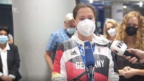 Sarah Köhler am Frankfurter Flughafen