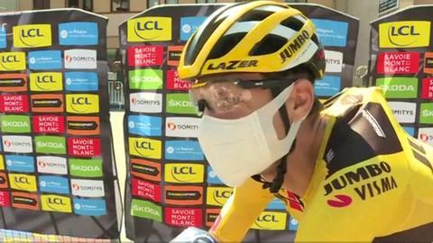 Tony Martin mit Maske beim Interview