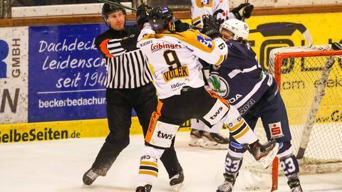 Zwischen Justin Volek (Ravensburg) und Oliver Granz (Kassel) fliegen die Fäuste.