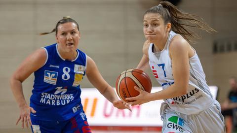 Finja Schaake im Zweikampf mit einer Gegenspielerin