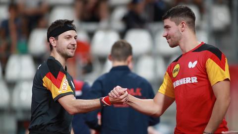 Timo Boll und Patrick Franziska klatschen sich bei der Team-EM ab