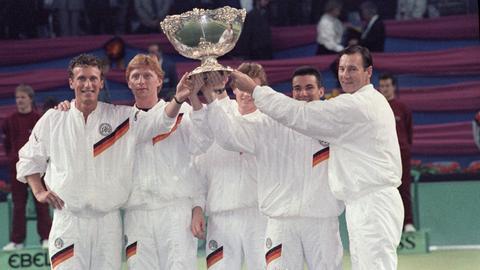 Das deutsche Davis-Cup-Team hebt den Pokal in die Höhe.