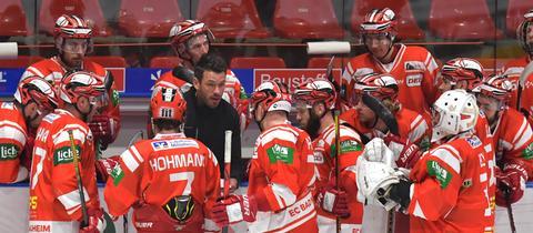 Spieler des EC Bad Nauheim bei einer Traineransprache