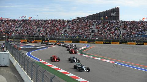 Sebastian Vettel auf der Strecke von Sotschi hinter den beiden Mercedes