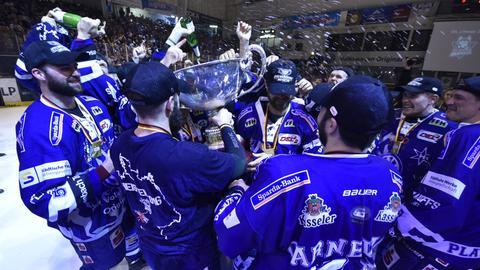 Spieler der Kassel Huskies bejubeln 2016 den Gewinn der Zweitliga-Meisterschaft.