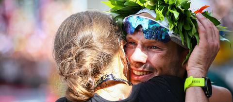 Patrick Lange umarmt seine Verlobte