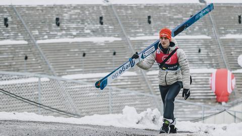 Stephan Leyhe hat seine Skier geschultert.